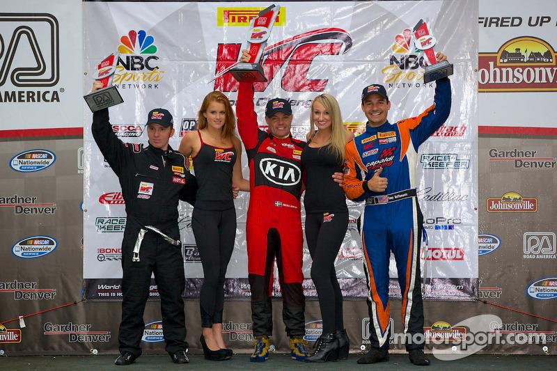GTS Kazanan Podyumu: Jack Roush Jr. (ikinci solda), Nic Jonsson (birinci ortada), Tony Buffomante (üçüncü sağda)