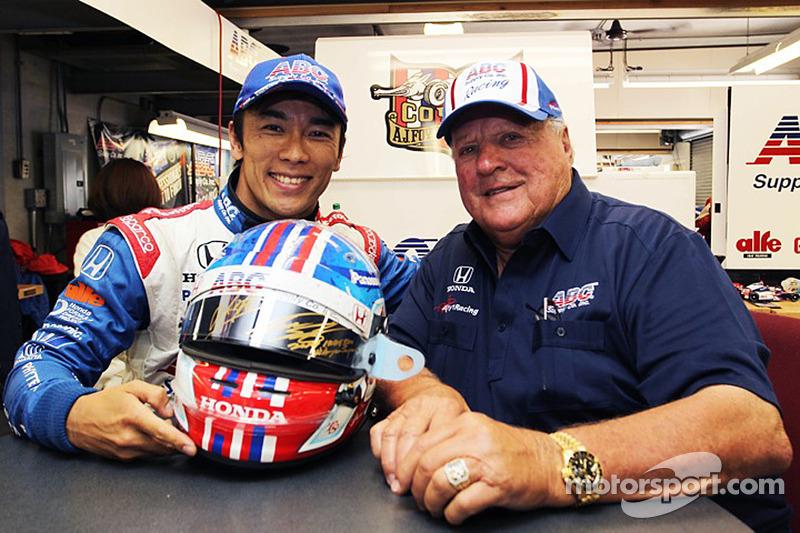 Takuma Sato e A.J. Foyt con casco per beneficenza