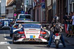 #11 Wochenspiegel Team Manthey Porsche 911 GT3 RSR nel traffico di Adenau