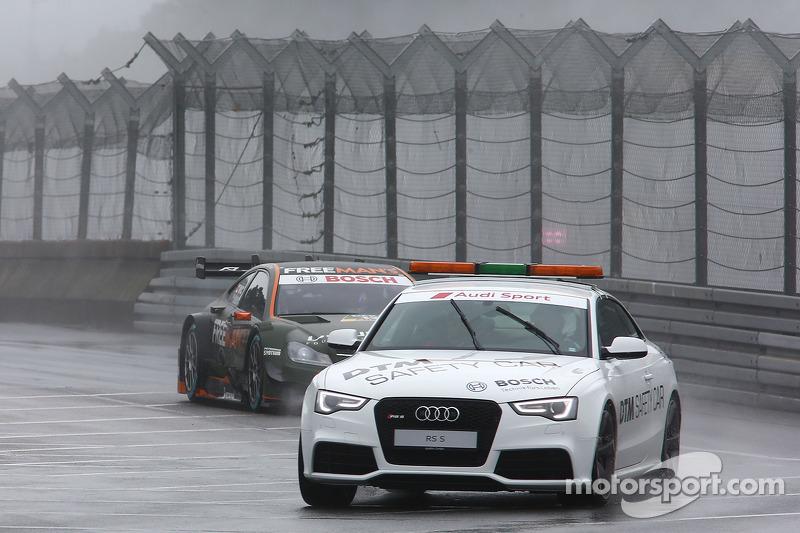 La safety car davanti a Robert Wickens, Mercedes AMG DTM-Team HWA DTM Mercedes AMG C-Coupè