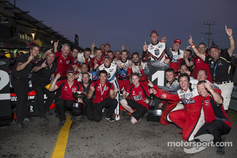 Holden Racing Takımı Garth Tander ve James Courtney 1-2 finişini kutluyor
