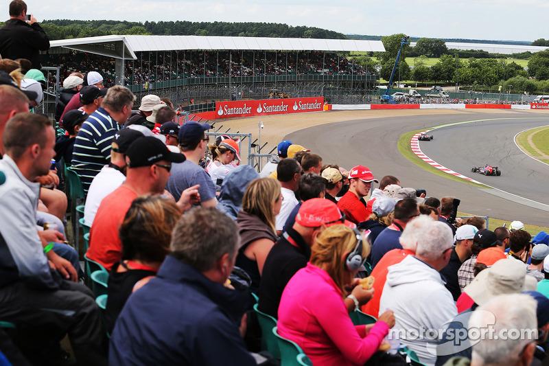 Jean-Eric Vergne, Scuderia Toro Rosso STR9 davanti al compagno di squadra Daniil Kvyat, Scuderia Tor