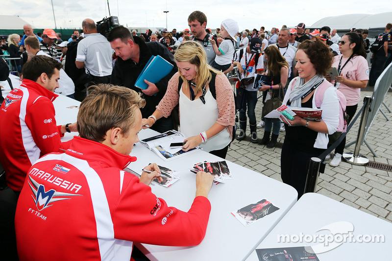 玛鲁西亚F1车队的朱尔斯·比安奇和玛鲁西亚F1车队的马克斯·齐尔顿为车迷签名