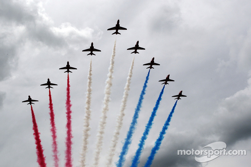The Red Arrows fly over the grid