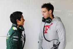 (从左至右): Rio Haryanto, 卡特汉姆 F1车队 测试车手 和 纳塔内尔·贝尔东, 卡特汉姆 F1车队研发车手