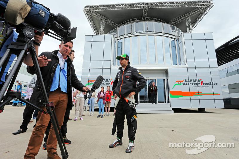 Sergio Perez, Sahara Force India F1, con Craig Slater, Reporter di Sky F1