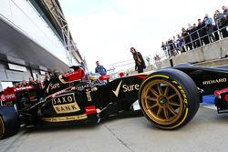 路特斯车队的第三车手查尔斯·皮克驾驶装备10英寸倍耐力轮胎的路特斯E22赛车离开维修站