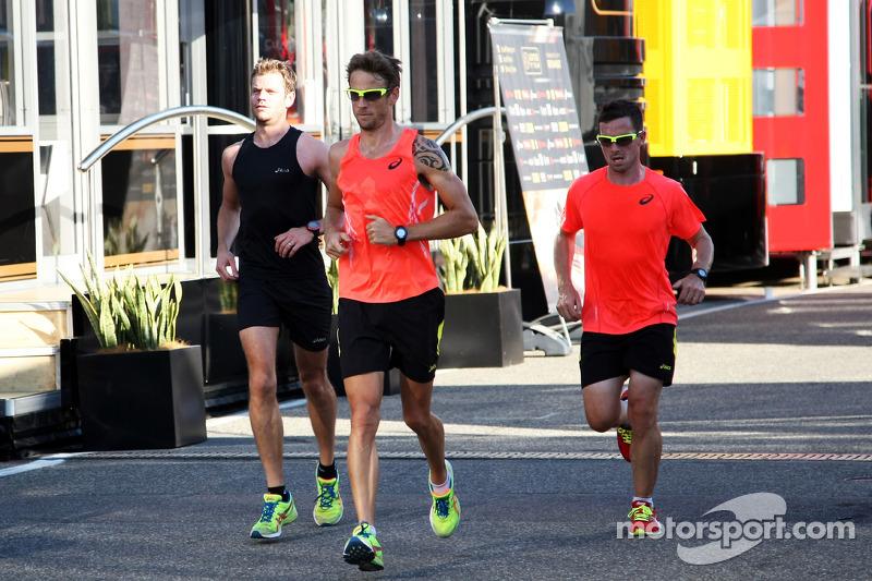 Jenson Button, McLaren corre attraverso il paddock