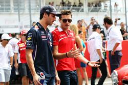 (Soldan Sağa): Daniel Ricciardo, Red Bull Racing ve Jules Bianchi, Marussia F1 Takımı pilot geçiş töreninde