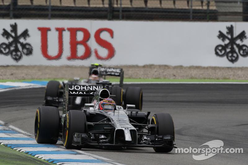 Jenson Button, McLaren MP4-29 davanti al compagno di squadra Kevin Magnussen, McLaren MP4-29