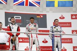 Il vincitore della gara Jann Mardenborough, al secondo posto Dino Zamparelli, terzo posto Jimmy Eriksson