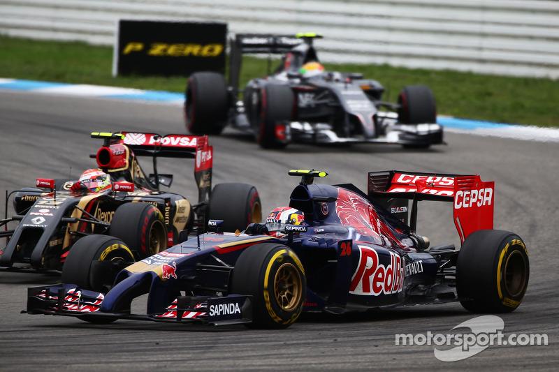 Daniil Kvyat, Scuderia Toro Rosso STR9 and Pastor Maldonado, Lotus F1 E21 battle for position