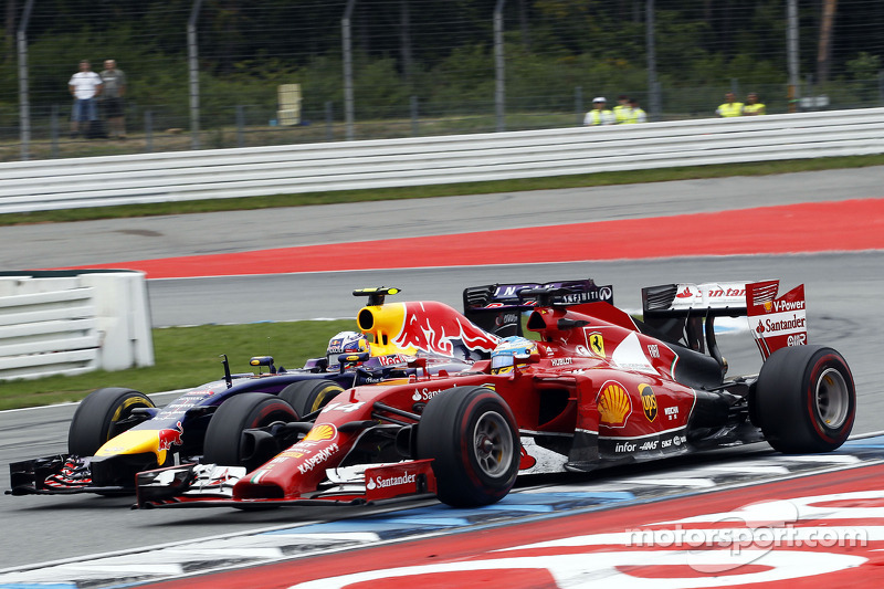 Fernando Alonso, Ferrari F14-T and Daniel Ricciardo, Red Bull Racing RB10 battle for position