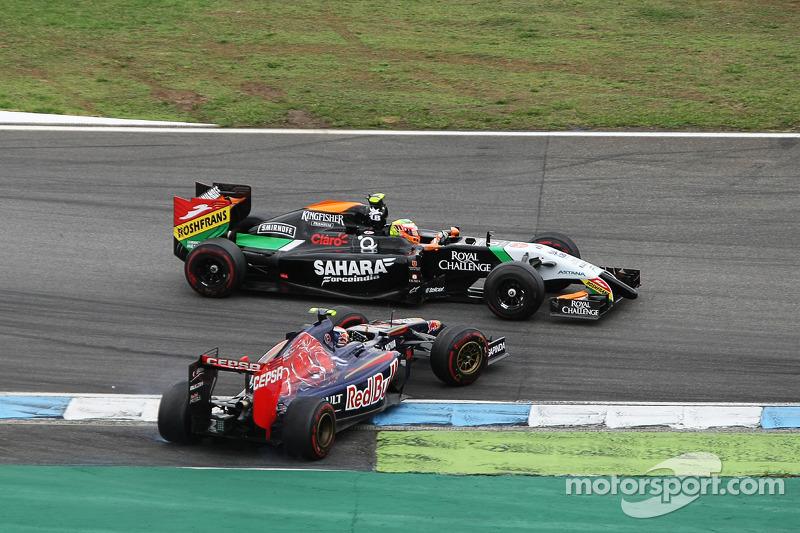 Daniil Kvyat, Scuderia Toro Rosso STR9 ve Sergio Perez, Sahara Force India F1 VJM07 pozisyon için mü