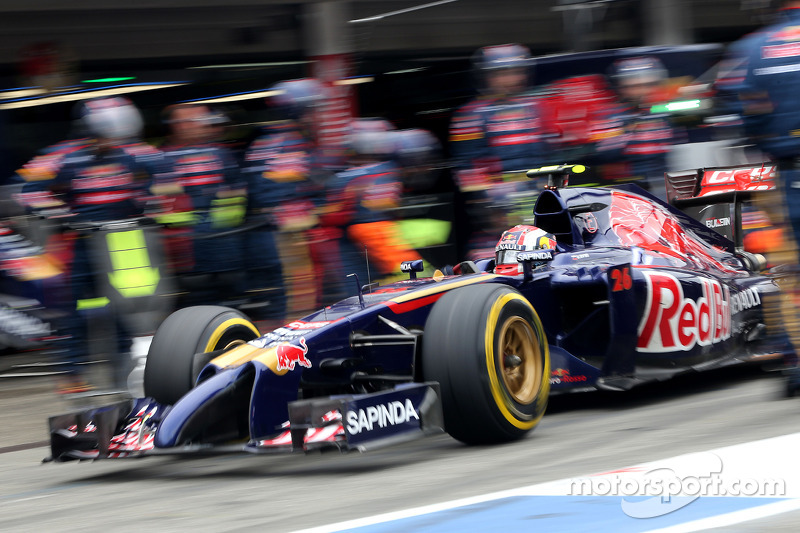 Daniil Kvyat, Scuderia Toro Rosso during pitstop