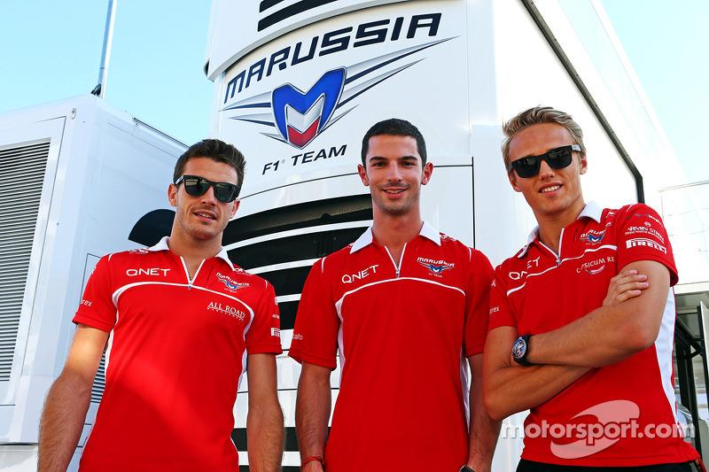 玛鲁西亚F1车队的朱尔斯·比安奇和玛鲁西亚F1车队预备车手亚历山大·罗西和玛鲁西亚F1车队的马克斯·齐尔顿走赛道