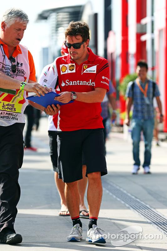 Fernando Alonso, Ferrari, gibt Autogramme