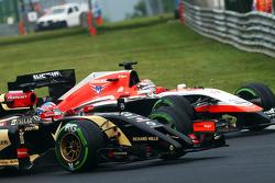 Romain Grosjean, Lotus F1 E22 e Jules Bianchi, Marussia F1 Team MR03 batalham por posição