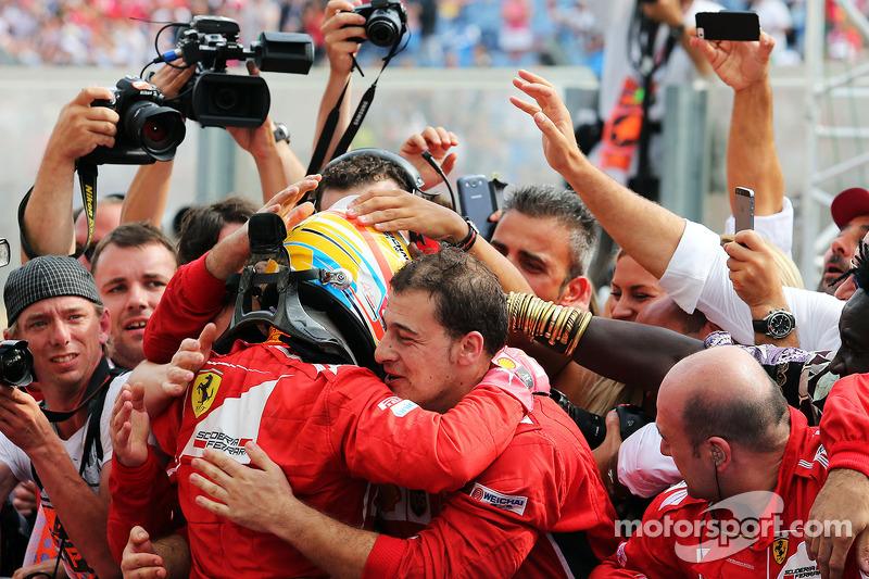 Fernando Alonso, Ferrari kapalı parkta ikinci sıra için kutlama yapıyor