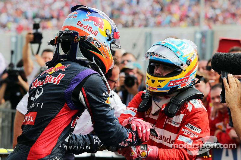 Daniel Ricciardo, Red Bull Racing kutlama yapıyor ve ikinci sıraa Fernando Alonso, Ferrari kapalı pa