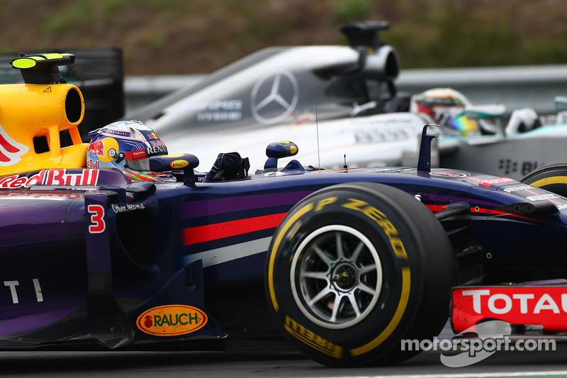 Daniel Ricciardo, Red Bull Racing RB10 ve Lewis Hamilton, Mercedes AMG F1 W05