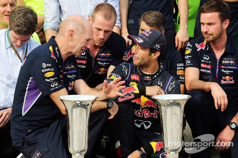 Daniel Ricciardo, Red Bull Racing kutlama yapıyor ve Adrian Newey, Red Bull Racing Baş Teknik Sorumlusu