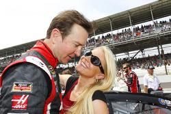 Kurt Busch, Stewart-Haas Racing Chevrolet con su novia Patricia Driscoll