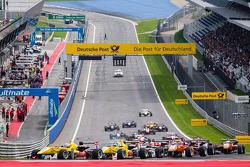 Start: Antonio Giovinazzi, Jagonya Ayam ve Carlin Dallara F312 Volkswagen ve Tom Blomqvist, Jagonya Ayam ve Carlin Dallara F312 Volkswagen mücadelesi