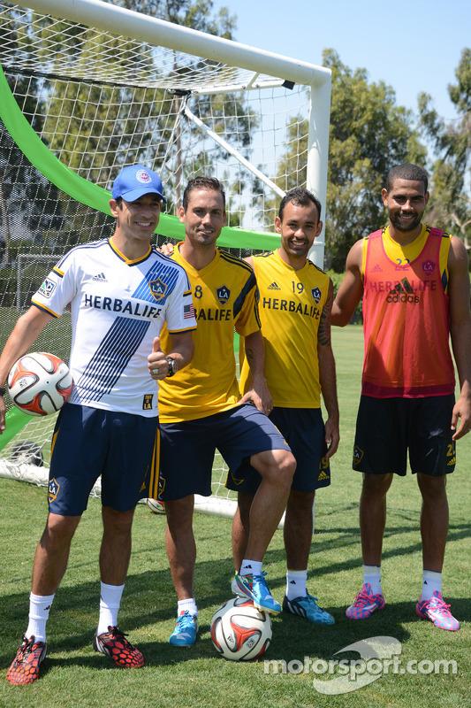 Helio Castroneves com jogadores do LA Galaxy