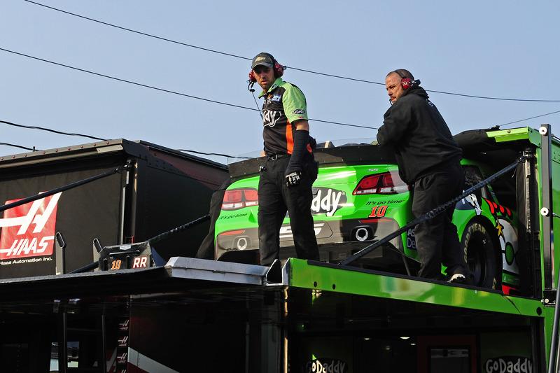 La squadra Stewart-Haas Racing spinge il muletto per Danica Patrick