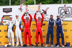 GTLM Podyum: Kazananlar Pierre Kaffer, Giancarlo Fisichella, ikinci sıra Dirk Muller, John Edwards, üçüncü sıra Kuno Wittmer, Jonathan Bomarito