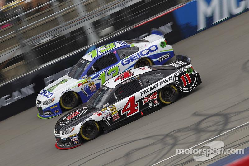 Casey Mears, Germain Racing Ford ve Kevin Harvick, Stewart-Haas Racing Chevrolet