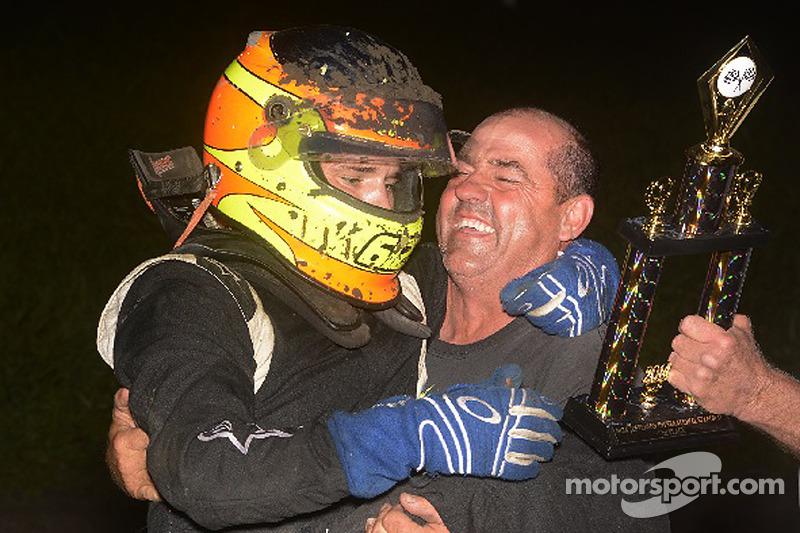 Isaac Schreurs festeggia nella victory lane con il padre