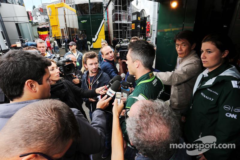 Andre Lotterer, Caterham F1 Team, con la prensa