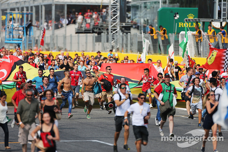 Los aficionados invaden el circuito después del final de la carrera