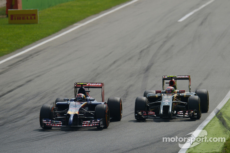 Daniil Kvyat, Scuderia Toro Rosso STR9 and Pastor Maldonado, Lotus F1 E21 battle for position