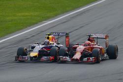 Daniel Ricciardo, Red Bull Racing RB10 ve Kimi Raikkonen, Ferrari F14-T pozisyon için mücadele ediyor