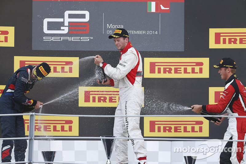 Ganador de la Carrera Dean Stoneman, el segundo lugar Alex Lynn, y el tercer lugar Marvin Kirchhofer
