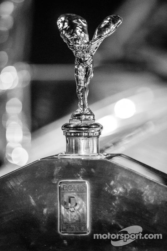 Rolls-Royce Silver Ghost üstünde Uçan Bayan