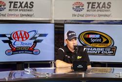 乔伊·吉布斯丰田车队的马特·肯尼斯参观得克萨斯赛车场,作为追逐穿越北美的一部分