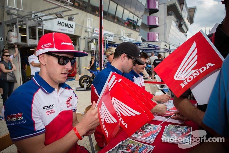 Honda sessione autografi piloti
