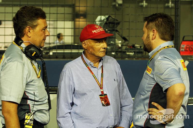 Mario Isola, Manager de carreras de Pirelli con Niki Lauda, Mercedes Presidente no ejecutivo y Paul Hembery, Pirelli Motorsport Director