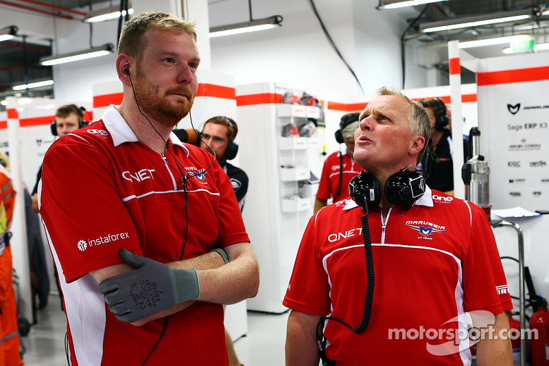 天空体育台F1解说员强尼·赫伯特,和玛鲁西亚F1车队机械师一起工作