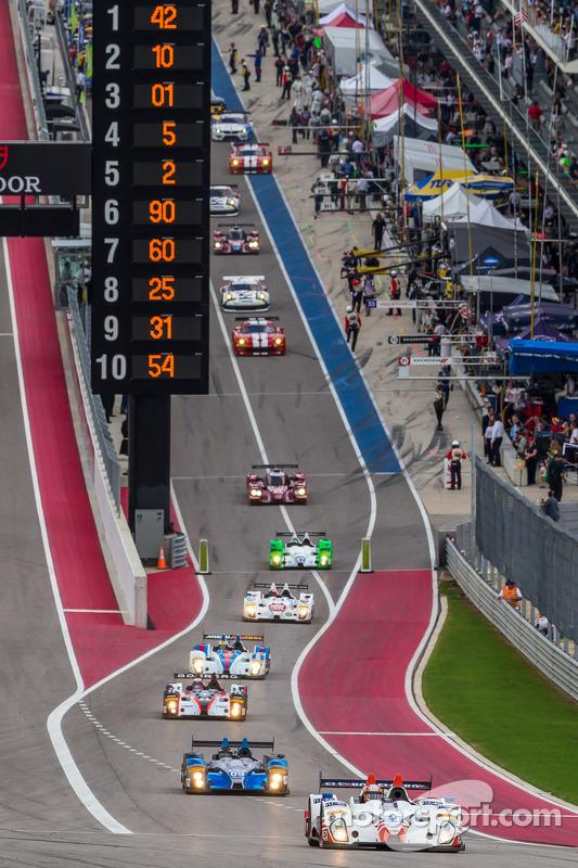 Carros fora do pit lane para a volta de apresentação