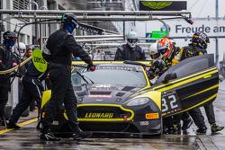 Arrêt au stand - #32 Leonard Motorsport Aston Martin Vantage GT3: Stuart Leonard, Paul Wilson, Michael Meadows