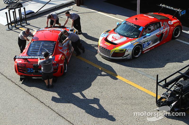Flying Lizard Motorsports Ekip üyeleri çalışıyor
