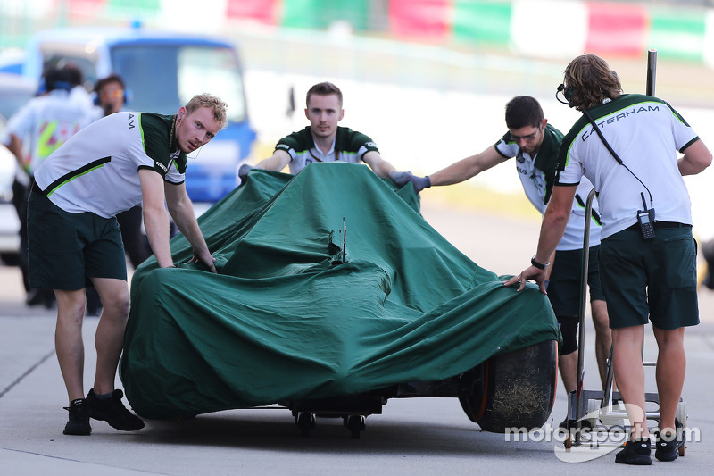 La Caterham CT05 di Kamui Kobayashi, Caterham torna ai box dopo l'incidente nella seconda sessione