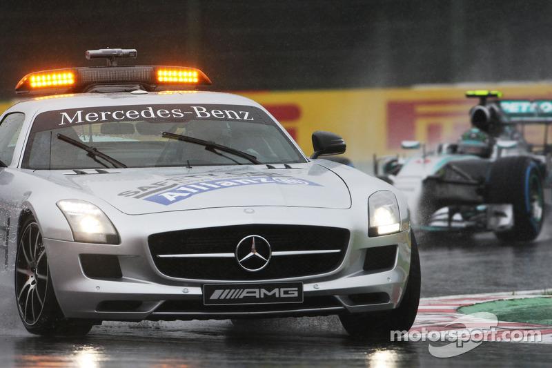 Nico Rosberg derrière la voiture de sécurité