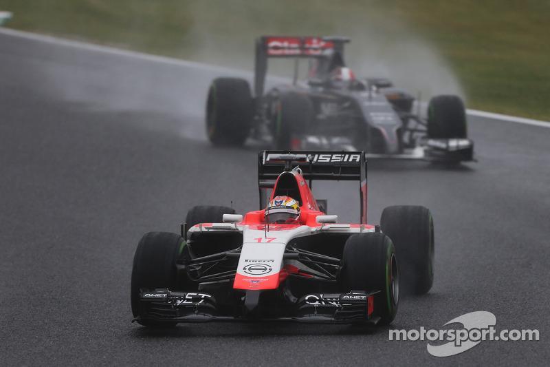 Жюль Б'янкі, Marussia F1 Team MR03, попереду Адріана Сутіля, Sauber C33