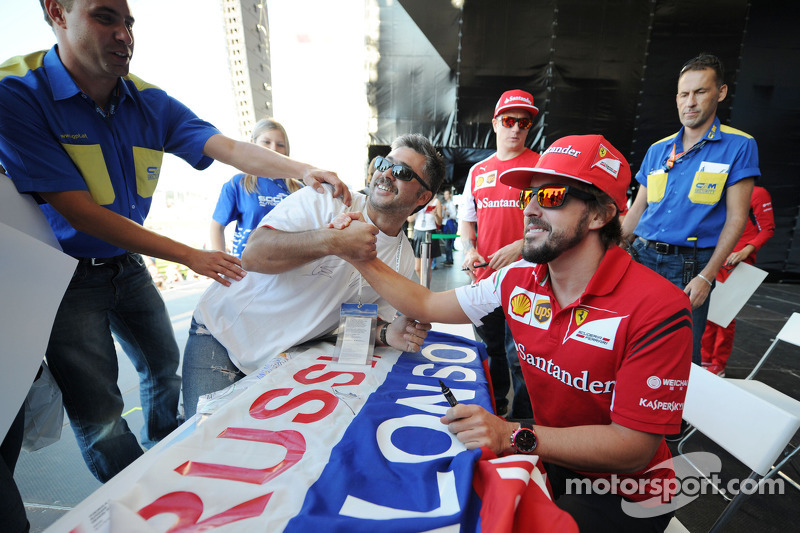 Fernando Alonso, Ferrari with fans at the Fanzone